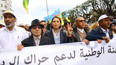 نبيلة منيب إلى جانب نشطاء سياسيين في مسيرة 21 أبريل