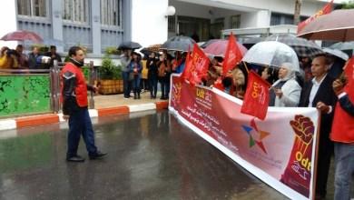 Photo of العاملون بشركة الإذاعة والتلفزة يحتجون أمام دار البريهي ويطالبون بحقوقهم المهنية والاجتماعية