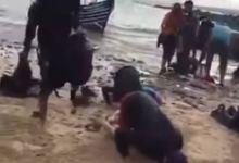 Photo of مغاربة بينهم نساء وأطفال يسجدون بعد بلوغهم إسبانيا في رحلة صعبة عبر مركب