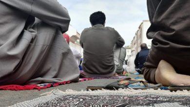 Photo of المصلون يقبلون على أول صلاة جمعة بعد 7 أشهر ويحرصون على احترام تدابير الوقاية
