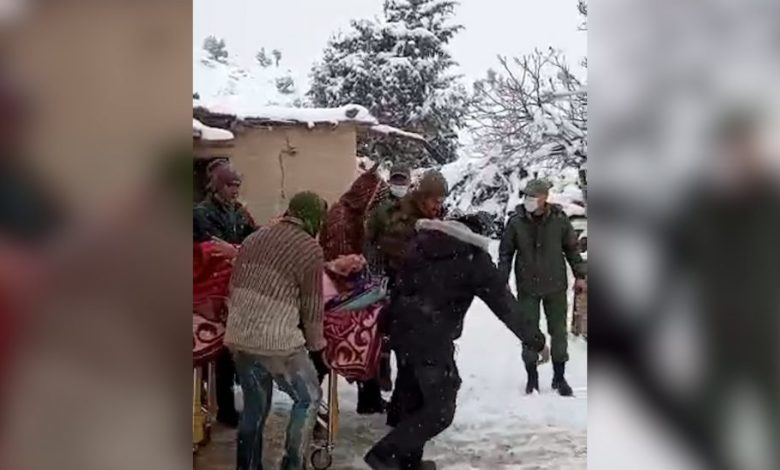 بالفيديو:اسعاف امرأة في أحد الداوير الجبلية بإقليم ميدلت في وضعية صحية حرجة