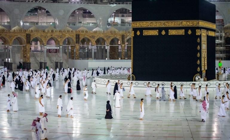 السعودية تشترط التلقيح لمنح تصاريح العمرة والصلاة في الحرمين