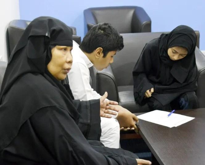 إندونيسية تتهم زوجها السعودي بتعنيفها وتعذيبها بالنار.. والأخير يتهمها بإخفاء ولديه (صور)