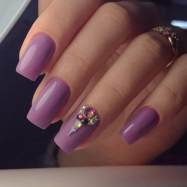 Маникюр фиолетового цвета со стразами (47 фото)