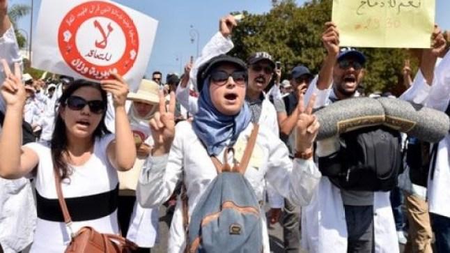 """الاساتذة الذين فرض عليهم التعاقد يتهمون وزارة """"أمزازي"""" باللجوء إلى الترهيب من أجل إرغامهم على توقيع الملحق"""