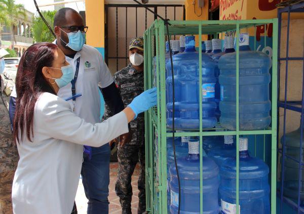 Pro Consumidor pide a comercios no exponer al sol botellas plásticas agua