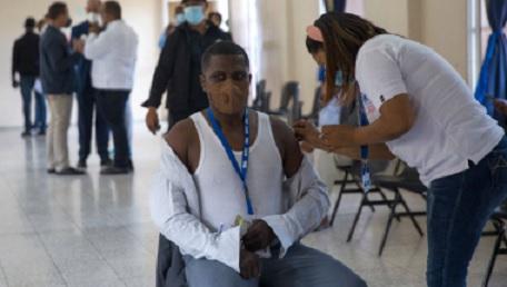 Dominicanos acuden a tomar la tercera dosis con dudas eficacia de Sinovac
