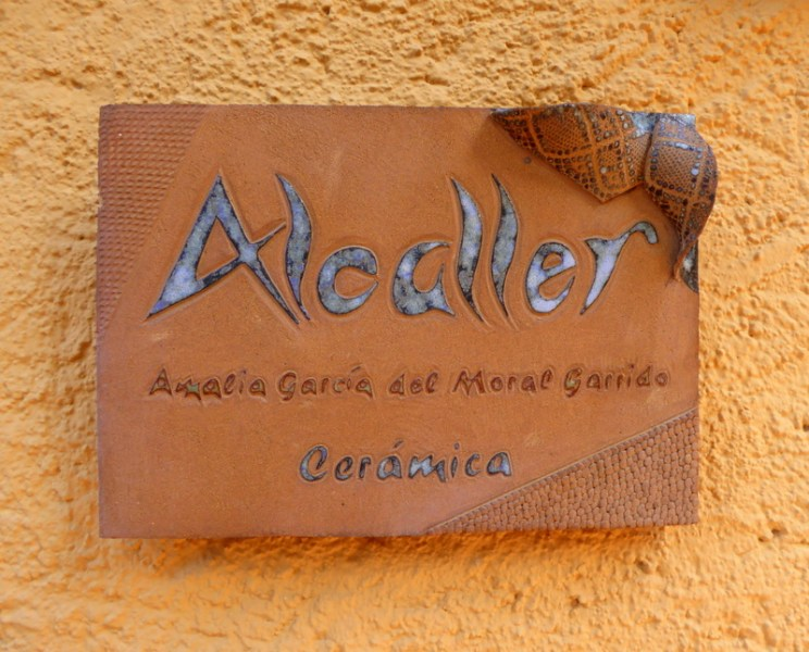 The Almuñécar Municipal Pottery Center is open to the publicfrom 10 a.m. to 1 pmfor visits, and even for those people who can purchase a pottery product from their shop or online. It is alsoknown as the ancient pottery workshop or Cerámica Alcaller -Amalia García del Moral.