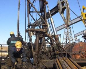 النفط يقفز 10% مع تبديل مراكز المضاربين