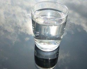 أضيفي هذا المكون لكوب الماء.. سيحمي قلبك ونظرك
