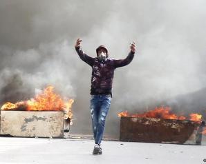 """تونس – حادثة حرق مصور صحفي """"نفسه""""  احتجاجات وتحقيقات في الحادثة ."""