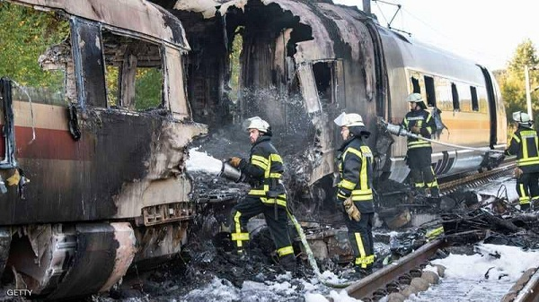 بالصور.. حريق بقطار ألماني سريع وشرطي يمنع