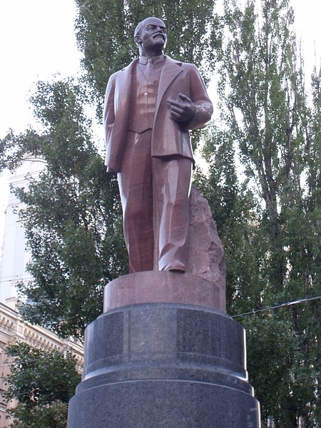 450px-Lenin_monument_in_Kiev,_close-up_view