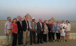 بالصور ..الحاكم العام لاستراليا  والسيدة حرمه فى زيارة الأهرامات