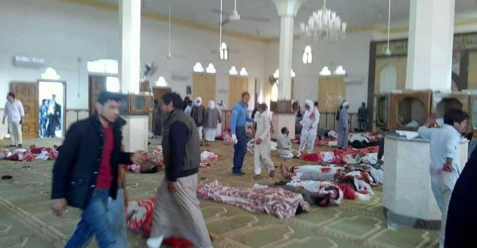 """الإرهاب يكشف عن وجهه الأبشع .. مصر تعلن الحداد وضحايا """"الروضة"""" يتزايدون ..85 قتيلاً و80 مصاباً بتفجير مسجد شمال سيناء"""