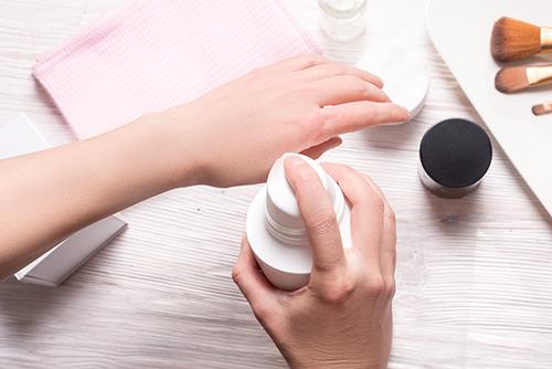 application de cosmétique sur les mains