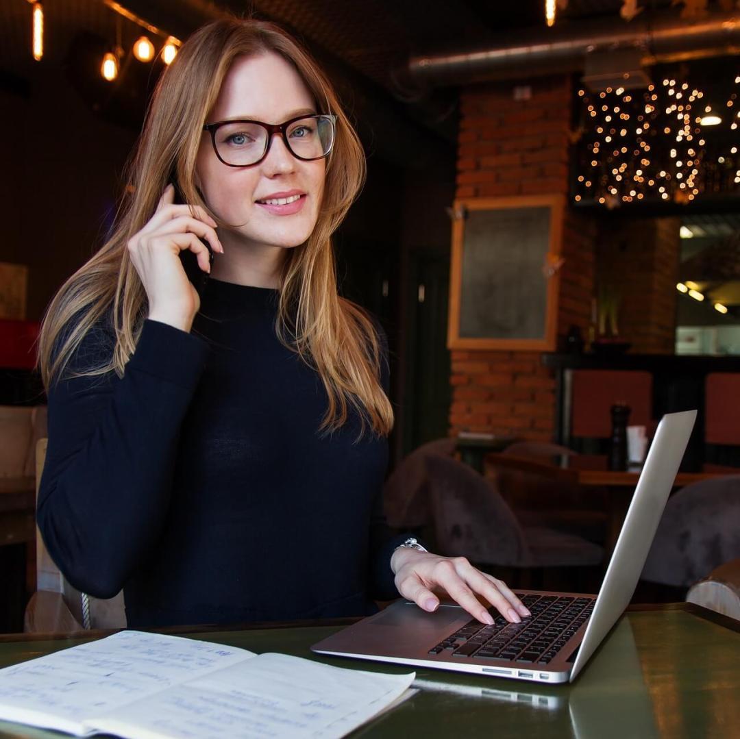 poslovna žena razgovara mobitelom