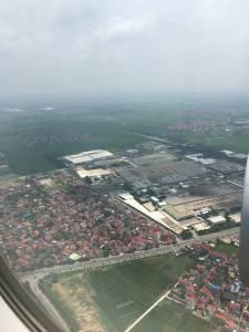 いよいよ、ベトナム到着。着陸前の飛行機の窓から、ハノイ郊外の家の屋根が印象的。