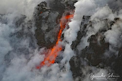 海に流れ落ちる溶岩