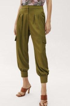 Pantalón cargo con tobillos ajustados