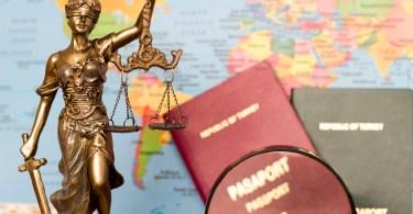 パスポートと法律の女神