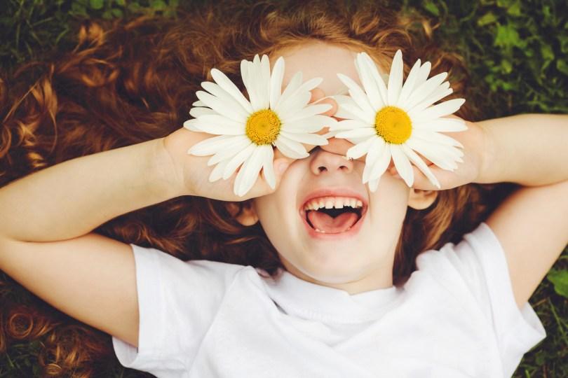 デイジーの花を目にした女の子