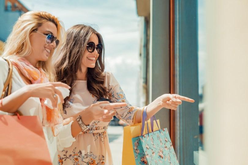 買い物をする外国人女性2人