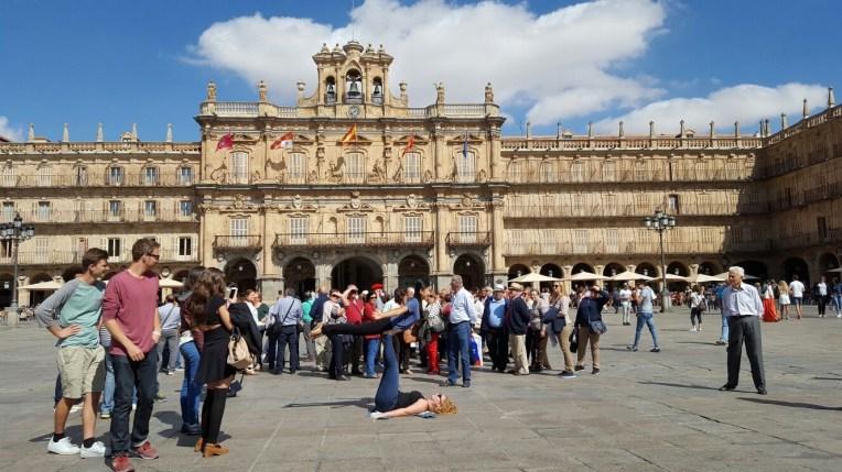 Salamanca: AcroYoga en la Plaza Mayor