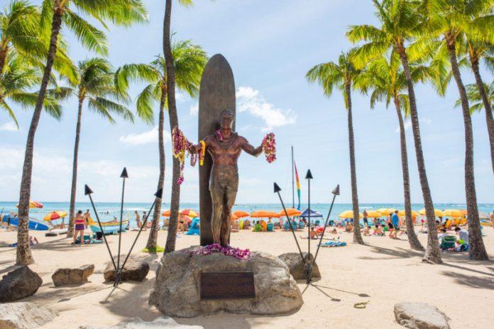 Duke Kahanamoku statue | Michael Gordon / Shutterstock.com