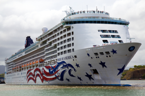 The Pride of America as it leaves Nawiliwili Harbor in Kauai. Editorial credit: A. Michael Brown / Shutterstock.com