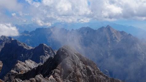 Wolken schlängeln sich über den Berggipfel der Zugspitze