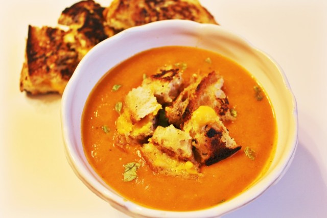 Tomato basil soup recipe (THE BEST) with grilled cheese croutons via A Lo Profile (www.aloprofile.com)