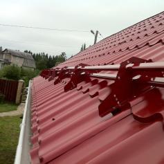 Установка снегозадержателей на крышу