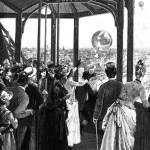 Lanzamiento de globos postales desde la Torre Eiffel