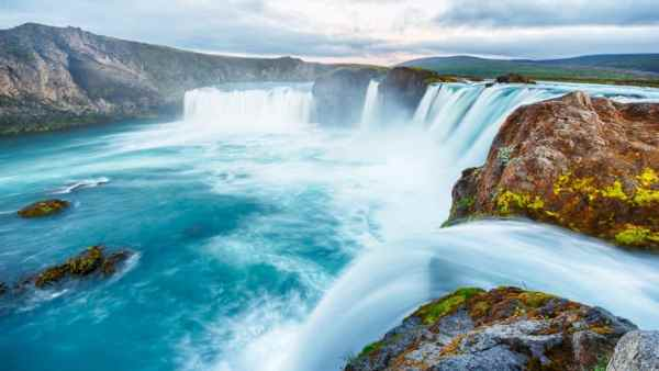 The-Goðafoss-Iceland-Waterfall-of-the-gods-or-waterfall-of-the-Year-is-one-of-the-most-spectacular-waterfalls-in-Iceland-915×515