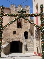 Arco de la aldea de Campo de Abajo frente a la Torre de la Aljama