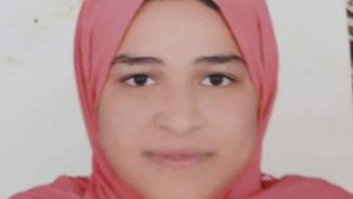 صورة القاهرية تحاور الطالبة رقية حمدي الأولي علي الغربية في الثانوية الفنية.