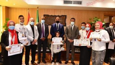 """صورة محافظ الفيوم يكرم  الأول على مستوى الوطن العربي بمبادرة """"تحدى القراءة العربي"""""""