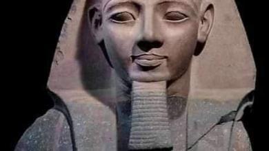 صورة أهم تماثيل رمسيس الثاني يرتدي النمس