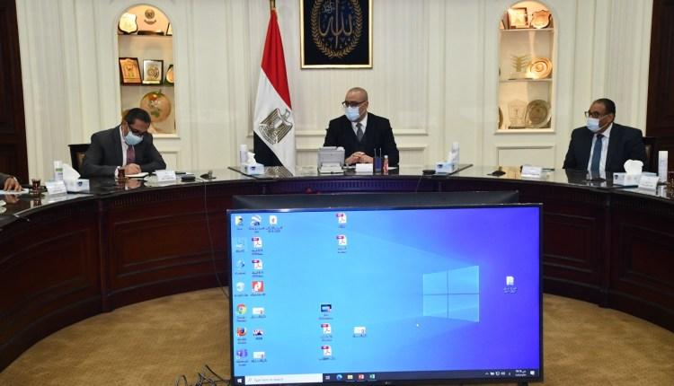 وزير الاسكان خلال الاجتماع