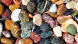 تفسير حلم رؤية الحجارة والصخور في المنام للعزباء والمتزوجة