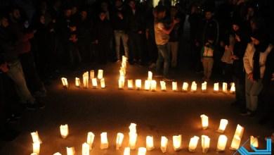 Photo of إضاءة الشموع أمام منزل الشهيدة سناء الجندي في بلدة أنصارية