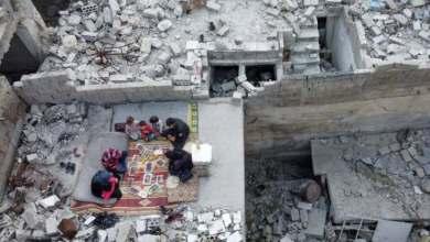 صورة صورة تدمي القلب.. إفطار سوري فوق الأنقاض