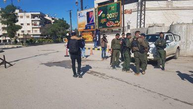 صورة عراك بالأيدي بين عناصر قوات النظام وعناصر ميليشيا الأسايش في مدينة القامشلي