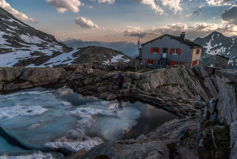 Sonnenuntergang auf der Cadlimohütte. Hüttensee mit Slackline.