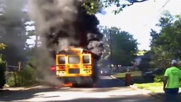 سائق حافلة أمريكي ينقذ طلابا في حافلة اشتعلت فيها النار