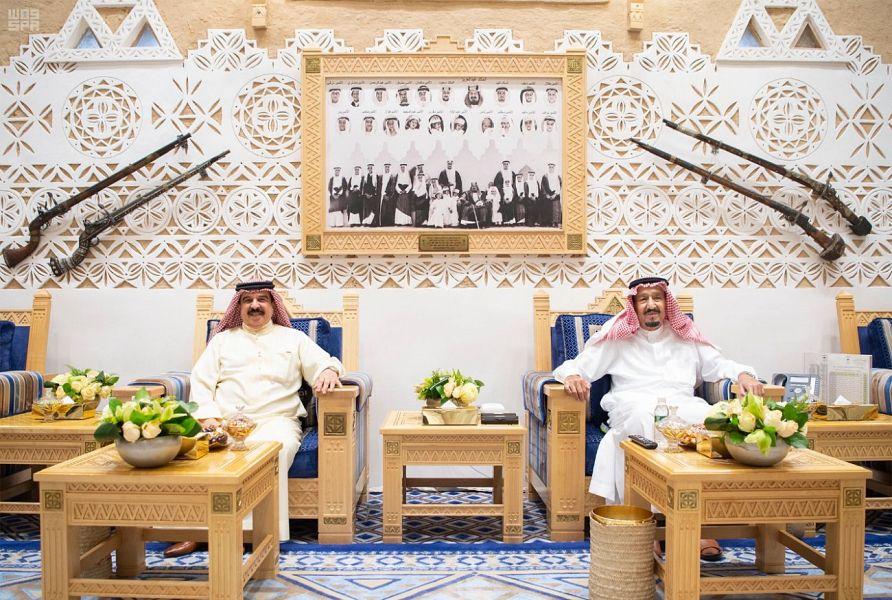 خادم الحرمين الشريفين يعقد جلسة مباحثات مع ملك البحرين في قصر العوجا