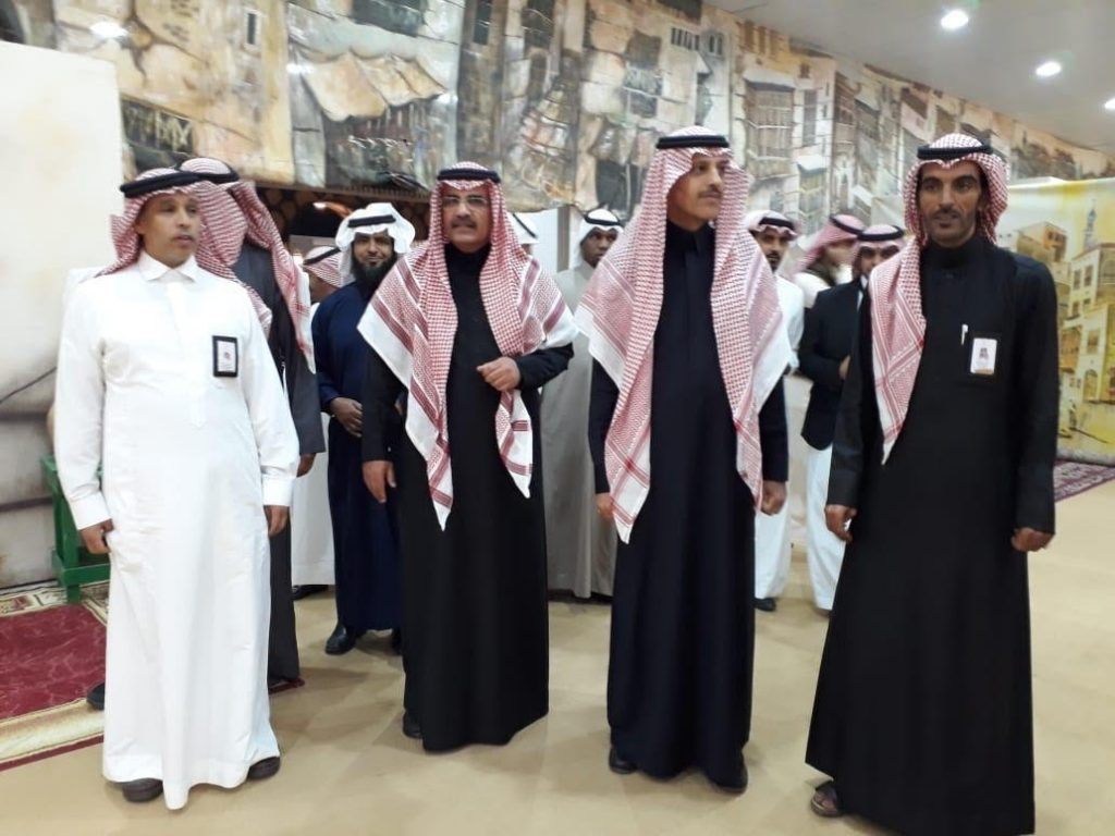 محافظ تيماء يشيد بجناح المحافظة المشارك في المهرجان الأول للتراث والصناعات اليدوية بتبوك