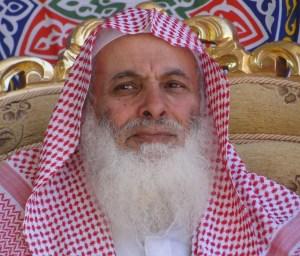 الشيخ عمر الفقيه على السرير الأبيض