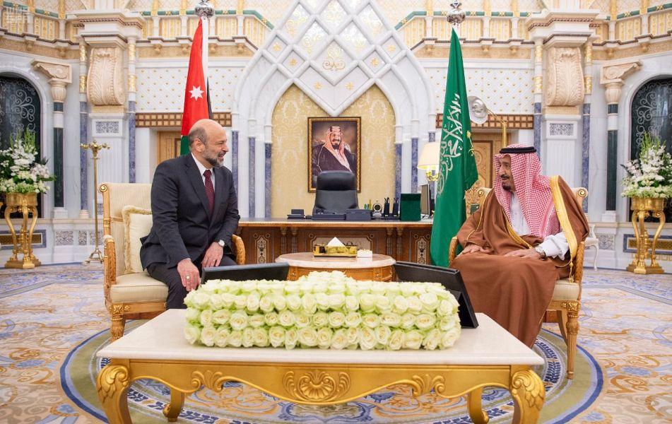 خادم الحرمين الشريفين يبحث ورئيس الوزراء الأردني تعزيز العلاقات بين البلدين